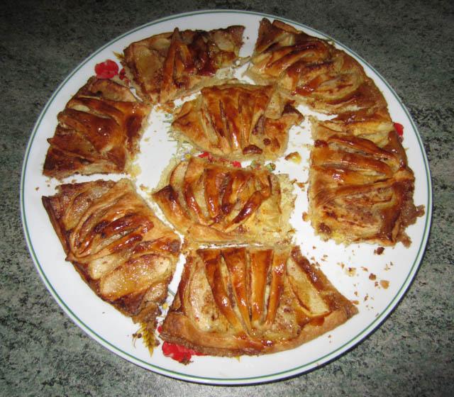 Chaussons aux pommes avec de la cannelle et du sucre.
