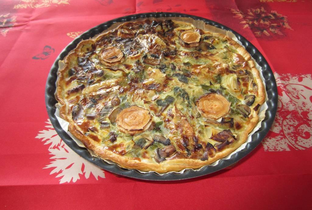 Tarte salée aux champignons, poireaux et camembert